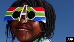Une Sud-Africaine avec des lunettes du drapeau à Johannesburg, le 9 juin 2010.