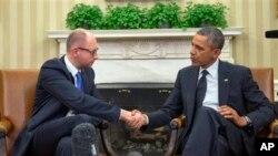 Perezida Barack Obama ari kumwe n'umushikiraganji wa mbere w'imfatakibanza wa Ukraine, Arseny Yatsenyuk, muri presidence ya Amerika, kw'igenekerezo rya 12 ry'ukwezi kwa gatatu, umwaka w'2014