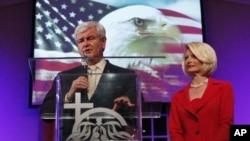 美國前眾議院議長金里奇和妻子星期六在佛羅裡達的奧蘭多競選