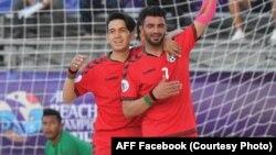دو تن از بازیکنان تیم ملی فوتبال ساحلی افغانستان حین رقابت با مالیزیا