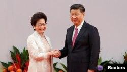 La nouvelle chef de l'exécutif hongkongais, Carrie Lam, et le président chinois Xi Jinping lors du 20e anniversaire de la rétrocession, à Hong Kong, en Chine, le 1er juillet 2017.