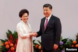캐리 람(왼쪽) 신임 홍콩 행정장관이 지난달 1일 취임 선서식에서 시진핑 중국 국가주석과 악수하고 있다.
