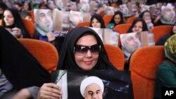 Người ủng hộ cầm hình ứng viên Tổng thống Iran Rowhani Hasan, một cựu thương thuyết gia hạt nhân hàng đầu của Iran.