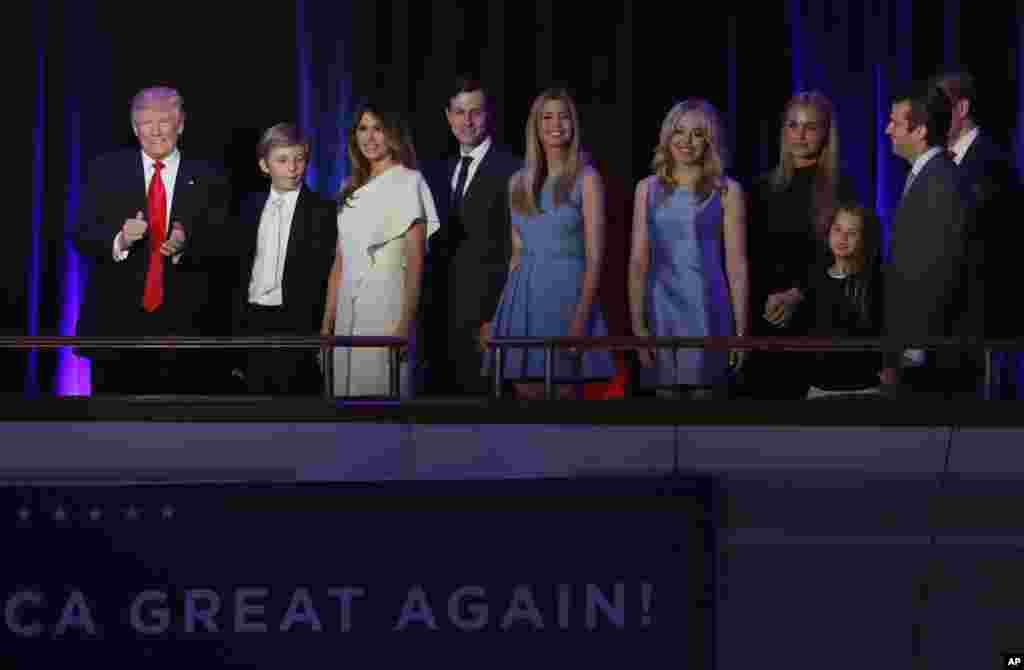 Le président élu Donald Trump, à gauche, accompagné de sa famille, lors de la soirée électorale à New York, le 9 novembre 2016.