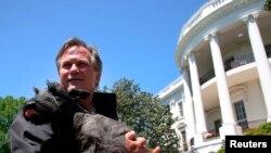 Baštovan Bele kuće Dejl Hejni drži Mis Bizli - psa predsednika Džordža Buša mlađeg, 6. maja 2007.