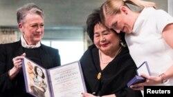 Berit Reiss-Andersen, del Comité Nobel entrega el premio Nobel de la Paz a la sobreviviente de Hiroshima Setsuko Thurlow y a la directora ejecutiva de ICAN, Beatrice Fihn, en Oslo.