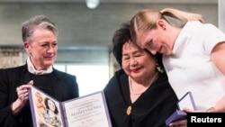 """非政府組織""""國際廢除核武器運動""""負責人菲恩在領獎。"""