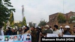 پشاور پریس کلب کے سامنے موجود مظاہرین