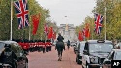 Cờ quốc gia của Trung Quốc được treo cạnh cờ Anh gần Cung điện Buckingham ở London, ngày 16/10/2015.