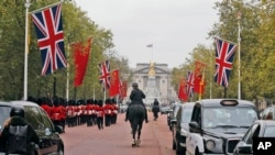 시진핑 중국 국가 주석의 국빈 방문을 앞둔 16일 런던 버킹엄궁전 앞 거리에 중국 국기와 영국 국기와 교차되어 걸려있다.