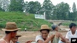수해복구작업을 벌이는 북한인들
