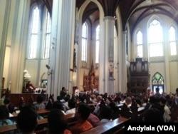 Suasana Misa Natal di Gereja Katedral, Jakarta, Senin, 25 Desember 2017. (Foto: VOA/Andylala)