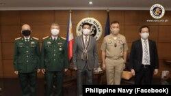 Đại sứ Việt Nam tại Manila Hoàng Huy Chung (thứ 3, từ trái sang) và Phó Đô đốc Jac Carlo Bacordo tại trụ sở Hải quân Philippines vào ngày 9/7/2020.