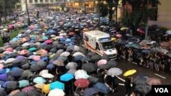 """香港民陣呼籲港府回應170萬人""""和理非""""的""""流水式""""反送中集會,否則就是鼓動更激烈的抗爭。(美國之音湯惠芸拍攝)"""