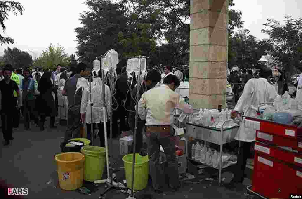 Капельницы для пострадавших, которых везут в больницу города Ахар. 11 августа 2012 года