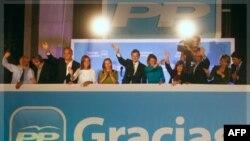 Ông Mariano Rajoy (giữa) lãnh đạo đảng trung hữu Tây Ban Nha, loan báo thắng lợi trong cuộc bầu cử cho những người ủng hộ ông
