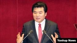한국 새누리당 원유철 원내대표가 15일 오전 국회에서 열린 본회의에서 교섭단체 대표연설을 하고 있다.