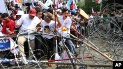 2014年8月21日普拉博沃•苏比安托的支持者试图通过警察路障