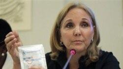 جوزت شیران مدیر برنامه جهانی غذا وابسته به سازمان ملل متحد پاکت غذای مخصوصی را به نام Wawa Mum برای کودکان در دست دارد. رم ۲۵ ژوئیه ۲۰۱۱