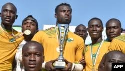 Les joueurs ivoiriens posent avec leur trophée après leur victoire contre le Nigeria lors du dernier match du championnat d'Afrique de rugby à sept à Abidjan, le 16 septembre 2018.