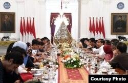 Presiden Jokowi berbincang dengan awak media di Istana Merdeka, Jumat (17/1) (Biro Setpres)