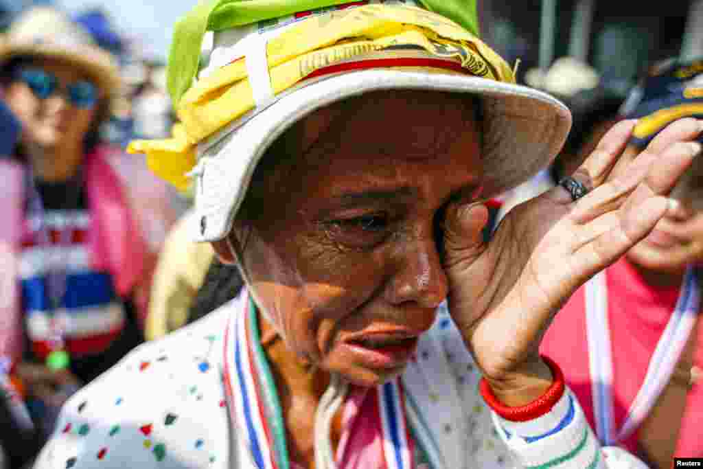 An anti-government protester weeps during a rally at a defence ministry compound, Bangkok, Feb. 19, 2014.