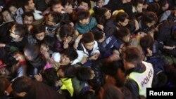 Pengunjung berdesakan pada perayaan malam tahun baru di Lapangan Cheng Yi, wilayah Bund, di pusat kota Shanghai. (31/12).