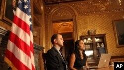 白宫副国家安全顾问罗兹(左)