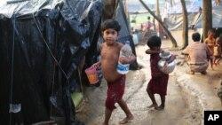 کودکان پناهجوی روهینگایی در اردوگاهی نزدیک «بازار کاکی» بنگلادش - ۳ اکتبر ۲۰۱۷