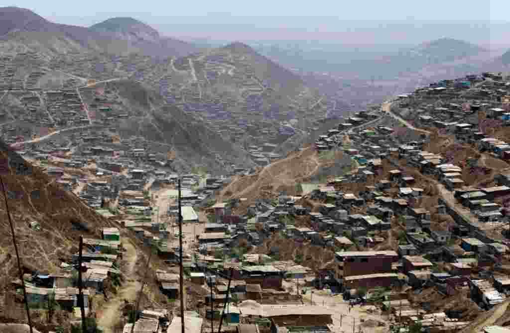 Una vista panorámica del polvoriento y seco barrio de Nueva Esperanza en Lima, Perú.