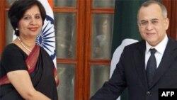 Thứ trưởng Ngoại giao Ấn Độ Nirupama Rao và người tương nhiệm phía Paksitan, Salman Bashir, tại New Delhi, 25/2/2010.
