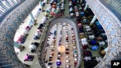 អ្នកកាន់សាសនាឥស្លាមក្នុងប្រទេសបង់ក្លាដែសនាំគ្នាប្រារព្ធពិធីបុណ្យ Eid al-Fitr ដែលជាការបញ្ចប់ពិធីបុណ្យរ៉ាម៉ាឌន នៅក្នុងវិហារ Baitul Mukarram ក្នុងទីក្រុង Dhaka ប្រទេសបង់ក្លាដែស ថ្ងៃទី១៤ ខែឧសភា ឆ្នាំ២០២១។