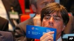L'entraineur allemand Joachim Loew a, dans ses mains, un billet d'entrée pour un match de l'Euro le 12 décembre 2015