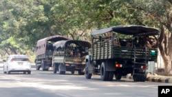 在缅甸首都内比都,士兵们坐在路边停着的卡车里。(2021年2月1日)