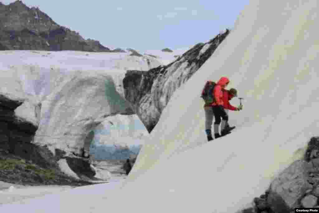 دو دانشمند امریکایی در حال جستجوی نشانه های حیات در برف های قطب شمال.