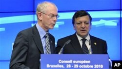 European Commission President Jose Manuel Barroso (R)and European Council President Herman Van Rompuy arrive for a media briefing after an EU summit in Brussels, 29 Oct 2010