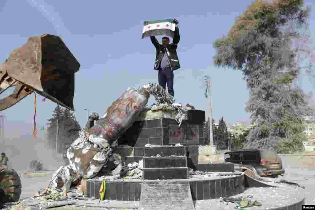 بعد از حضور نیروهای نظامی ترکیه در شهر عفرین، آنها مجسمه کاوه آهنگ را از وسط میدان شهر پایین کشیدند و پرچم «ارتش آزاد سوریه» که گروهی مورد حمایت ترکیه است را بالا بردند.