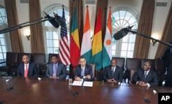 Le président Barack Obama et ses homologues Mahamadou Issoufou du Niger, Yayi Boni du Bénin, Alpha Condé de Guinée et Alassane Ouattara de Côte d'Ivoire, à la Maison-Blanche, le 29 juillet 2011