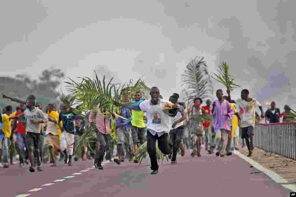 Wafuasi wa rais Joseph Kabila wa Coingo wakisherehekea ushindi wake baada ya kutangazwa na tume huru ya uchaguzi, Disemba 9 2011.