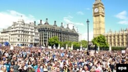 Des milliers de personnes prennent part à une marche, exigeant que la Grande-Bretagne reste membre de l'UE, à Londres, Grande-Bretagne, 2 juillet 2016. epa/ SEAN DEMPSEY