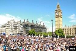 """数以千计的希望英国留在欧盟的英国人在伦敦举行""""为欧洲游行""""集会"""