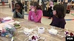 Anak-anak Amerika usia 7-12 tahun mendengarkan petunjuk pembuatan canangsari. (VOA/Made Yoni)