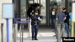 10일 스위스 제네바의 테러 경보가 격상된 가운데, 현지 유엔 건물 입구에 미국 보안 요원들이 서있다.