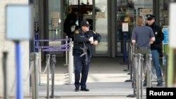 Nhân viên an ninh canh gác bên ngoài trụ sở LHQ ở Geneva, Thụy Sĩ, ngày 10/12/2015.