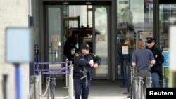 一名美国保安人员站在联合国欧洲总部驻瑞士日内瓦外(2015年12月10日)