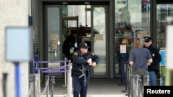 Seorang petugas keamanan AS berdiri di luar markas besar PBB Eropa di Jenewa, Swiss, 10 Desember 2015. Polisi mengatakan pada hari Kamis bahwa mereka telah meningkatkan level siaga teror dan mencari tersangka serangan paris di Jenewa.identified by Swiss federal authorities.