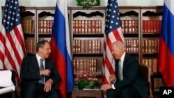美國副總統拜登(右)與俄羅斯外長拉夫羅夫(左)