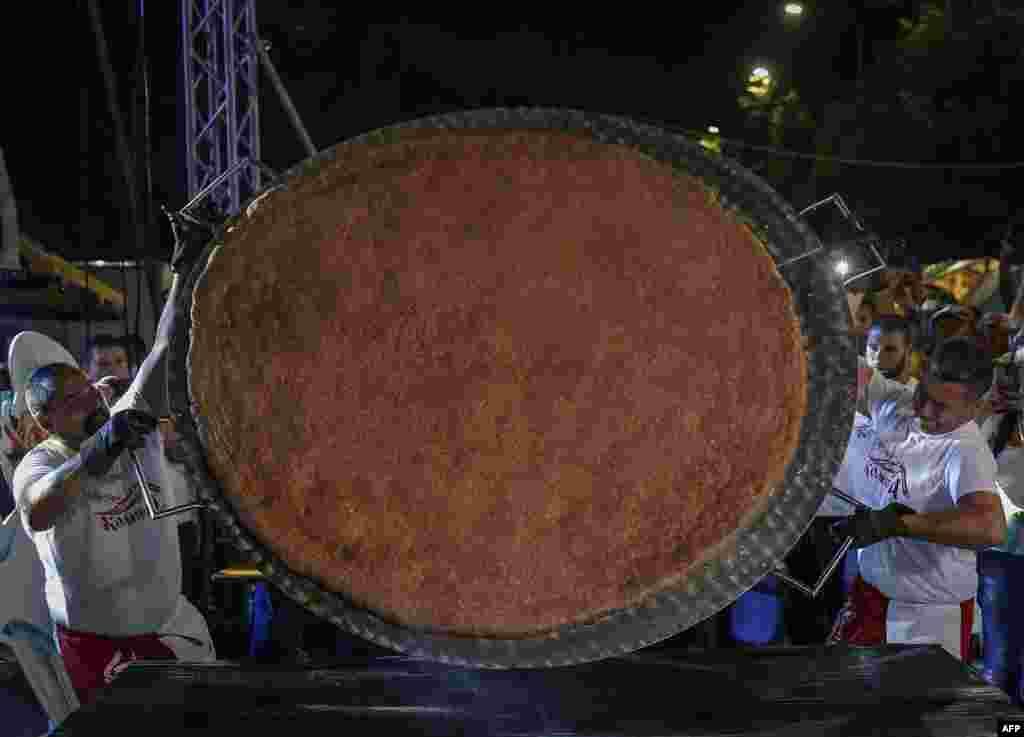 تهیه یک همبرگر بزرگ به وزن ۶ کیلو و ۱۰۰ گرم در یک جشنواره آشپزی در صربستان