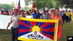 達賴喇嘛的慶生儀式後﹐參與信眾從法會現場遊行到國會山附近。