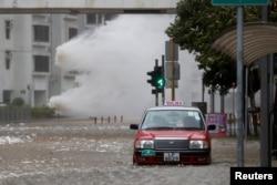 23일 홍콩 도심 차도에 태풍 '하토'가 몰고 온 파도가 들이치고 있다.